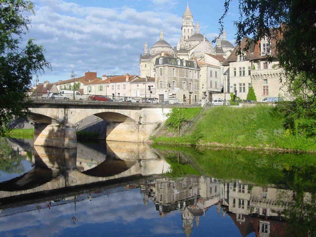 L'Isle au pied de la cathédrale de Périgueux